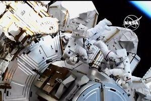 Hai nữ du hành bước ra ngoài Trạm không gian trong chuyến đi lịch sử