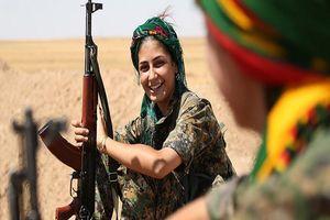 'Ngắm trộm' vẻ đẹp các nữ binh người Kurd trên chiến trường