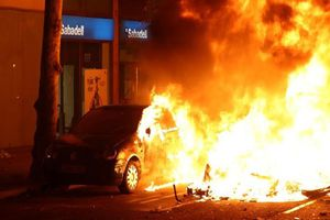 Toàn cảnh Barcelona chìm trong hỗn loạn vì biểu tình