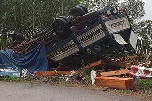 Lật xe chở gỗ, vợ chồng tài xế tử vong trong cabin