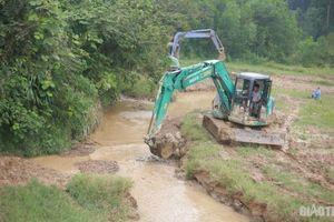 Cận cảnh máy xúc dọn dầu thải khu vực suối đầu nguồn nhà máy nước sông Đà