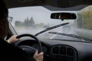 Mua ô tô đáng hay không vào ngày mưa gió mới 'thấm'