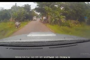 Pha cua ẩu của tài xế khiến ô tô lao xuống ruộng nằm 'phơi bụng'