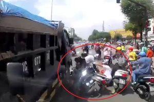 Xe ben mất lái tông hàng loạt xe máy đang dừng chờ đèn đỏ ở TP.HCM