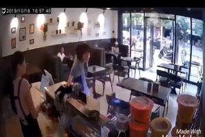 Chen hàng khi mua đồ, cô gái bị khách đến trước đánh đập te tua