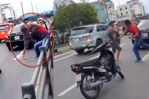 Kẻ hổ báo đi vào đường cấm xe máy ở TP.HCM, tông đuôi ô tô còn đánh tài xế túi bụi