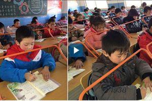 Trường tiểu học ở Trung Quốc lắp giá đỡ giúp học sinh ngồi đúng tư thế