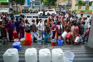 Cảnh người xách xô chậu chờ lấy nước lọt top ảnh tuần Zing.vn