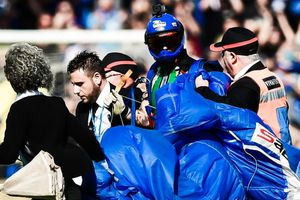 Fan nhảy dù làm trận đấu của Inter bị gián đoạn