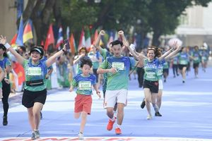 Cặp đôi Thái và Trà của 'Hoa hồng trên ngực trái' chạy ủng hộ quỹ dành cho trẻ em