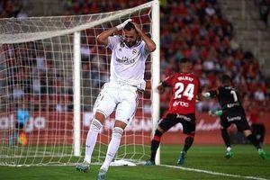 Chơi thiếu người, Real Madrid mất ngôi đầu vào tay Barca