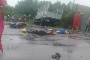 Xe máy chở 3, đụng xe tải, 2 người chết tại chỗ