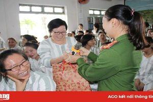 Họp mặt, thăm và tặng quà 200 nữ phạm nhân tại Trại giam Định Thành