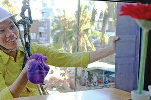 Cô gái treo mình lau kính trên các tòa nhà cao tầng như 'Người nhện'