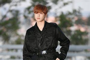 Kang Daniel trông như nam thần khi diện áo khoác dài ở sân bay