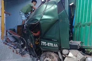 Xe container đâm sập nhà dân, một người tử vong