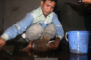 Nghi váng dầu đặc sánh trong bể nước chung cư Golden Land sau sự cố nước Sông Đà