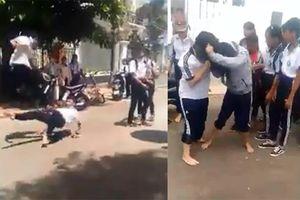 Học sinh lớp 9 trường Nguyễn Bỉnh Khiêm đánh nhau, nhiều bạn xem và cổ vũ