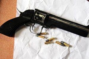 Tạm giữ đối tượng mang súng nã đạn vào quán nhậu