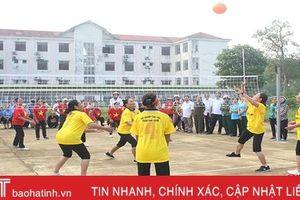 Gần 170 'tuyển thủ' tham gia Giải bóng chuyền hơi nữ người cao tuổi Lộc Hà