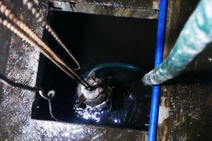 Chung cư tại Hà Nội: Nước vẫn đặc sệt, nhầy nhụa dầu thải khi rửa bể
