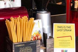 Các quán bar ở Ý bắt đầu sử dụng ống hút mì ống để giảm rác thải nhựa