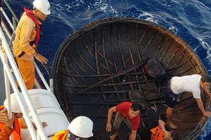 Vượt 250 hải lý đưa ngư dân về đất liền cấp cứu
