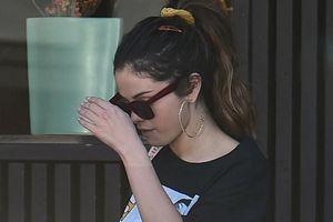 Selena Gomez liên tục che mặt khi đến xưởng gốm sau ồn ào có tình mới