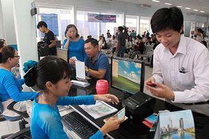 Người dân than khó mua vé tàu Tết