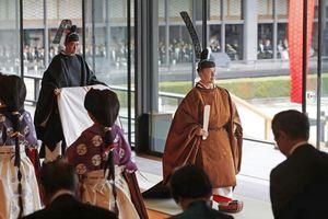 Nhật hoàng Naruhito với lễ phục kiểu thế kỷ thứ 9 trong lễ đăng cơ
