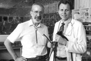 Nhà khoa học tự uống vi khuẩn để nhiễm bệnh và giành giải Nobel?