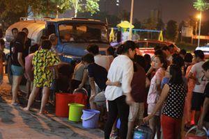 Nước sạch Sông Đà đã an toàn... Hà Nội vẫn cho xe téc cấp nước cho dân