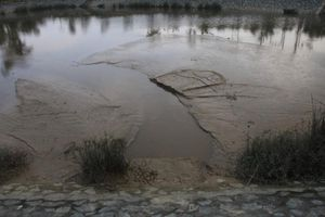 Dân bàng hoàng phát hiện nhà máy nước xả bùn thải ra hồ điều hòa