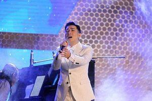 Ca sĩ Quang Hà làm show 'Đứng lên', bù đắp khán giả sau vụ cháy Cung Việt Xô