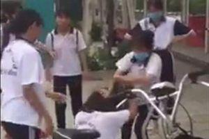 Nữ sinh bị túm tóc, đánh tới tấp chỉ vì màu sắc của giày thể dục