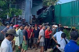 Xe container tông sập nhà dân khiến 1 người tử vong