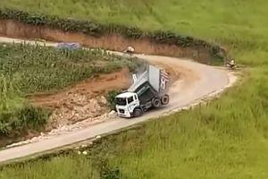Xem clip xe tải ngã vật khi đổ đèo