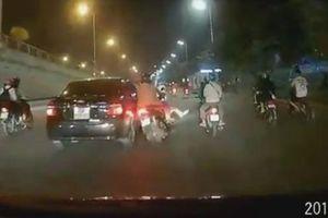 Phẫn nộ ô tô đâm xe máy chở trẻ em rồi bỏ chạy ở Hà Nội