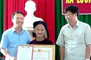 Tặng bằng khen cho cụ bà 83 tuổi đạp xe lên ủy ban xã xin thoát nghèo