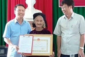 Cụ bà 83 tuổi từng gây sốt mạng xã hội nhận bằng khen của chủ tịch tỉnh