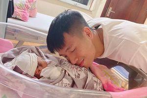 Bùi Tiến Dũng hạnh phúc đón con gái chào đời
