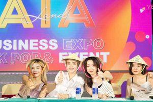 Hot Place đội nón lá, vẫy tay chào fan Việt trên khán đài 'All Together Asia'.