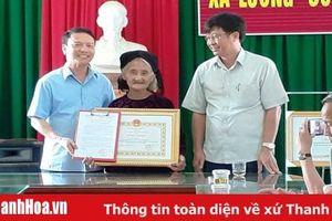 Chủ tịch UBND tỉnh Thanh Hóa tặng Bằng khen cho cụ bà xin thoát nghèo