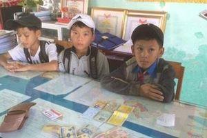 Nhặt được ví tiền, 3 học sinh tìm trả người đánh rơi