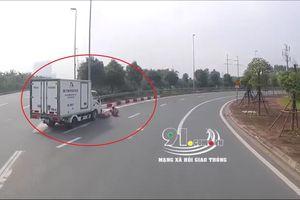 Clip: Xe tải đi ẩu vào cua gấp đâm thanh niên đi xe máy ngã lăn lộn, bò ra đường