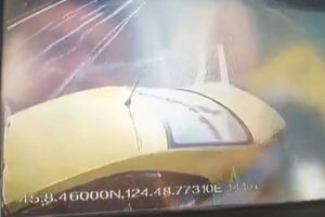 Mâu thuẫn vì không nhường đường, tài xế xe bus đâm vào xe taxi