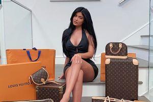 Kylie Jenner tặng túi Louis Vuitton và 30.000 USD cho fan may mắn