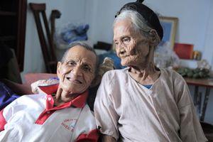 Cặp vợ chồng 90 tuổi viết đơn xin ra khỏi hộ nghèo