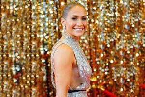 Jennifer Lopez lộ miếng dán ngực với đầm hở