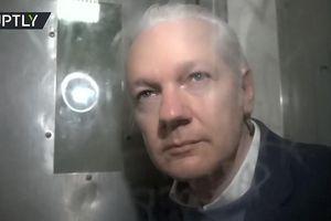 Video hiếm về Julian Assange bên trong xe tù